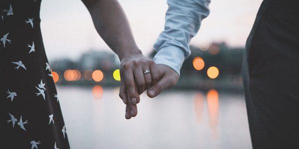 Jak wybrać idealny pierścionek zaręczynowy? Poradnik